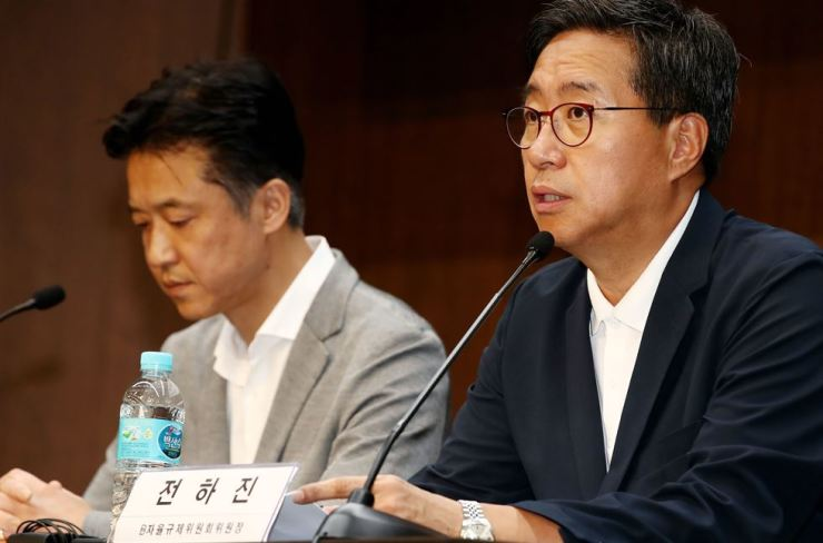 Korea Blockchain Association Chairman Jeon Ha-jin, right, speaks during a press conference reporting about the association's screening of the nation's cryptocurrency exchanges at the Korea Federation of Banks headquarters in central Seoul, Wednesday. / Yonhap
