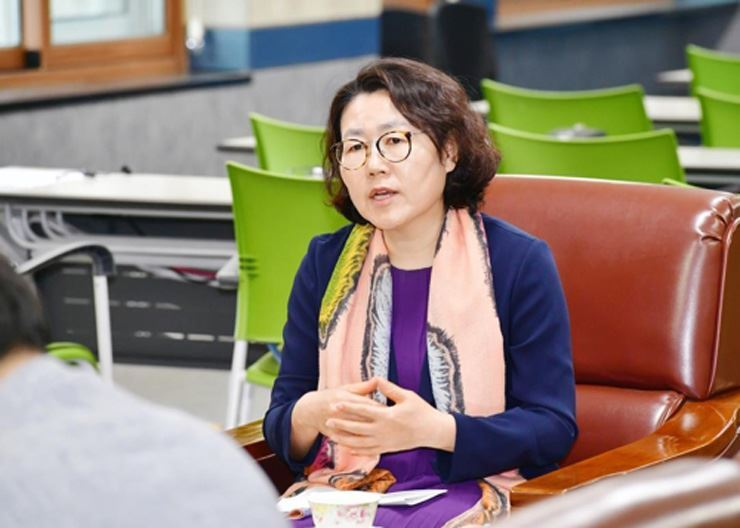 Former Jeju Vice-Superintendent of Education Lee Gye-young speaks during a press conference at the Jeju education office after she became its acting superintendent, June 9. / Yonhap