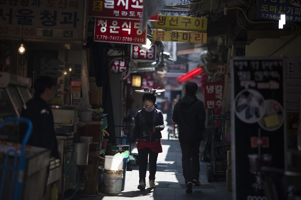 Foreign tourists and locals stroll through the bustling Namdaemun Market, Korea's longest-running market, in central Seoul, Tuesday. / Korea Times photos by Choi Won-suk