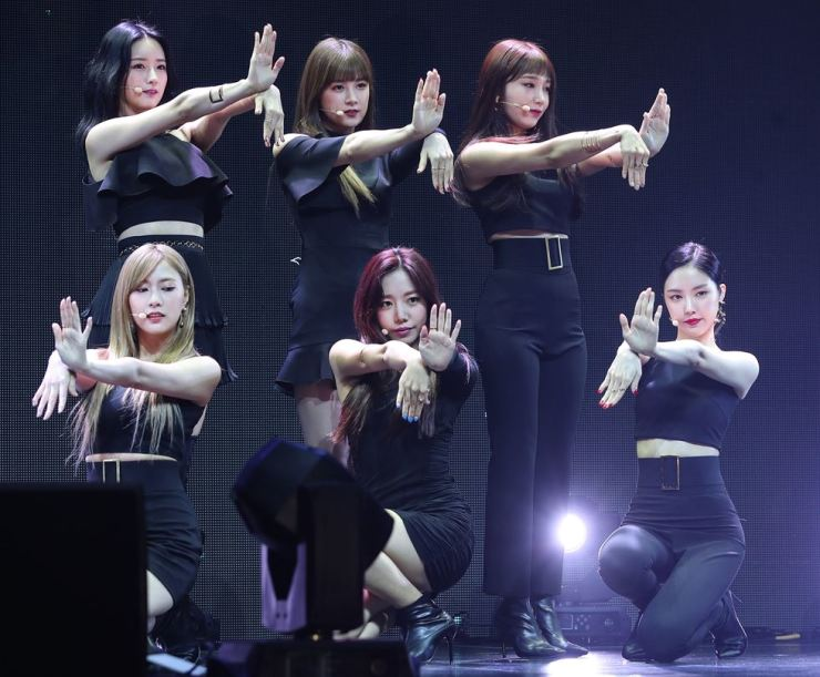 K-pop girl group Apink performs during a press showcase to promote its mini-album 'One & Six' held at YES24 Live Hall in eastern Seoul, Monday. Yonhap