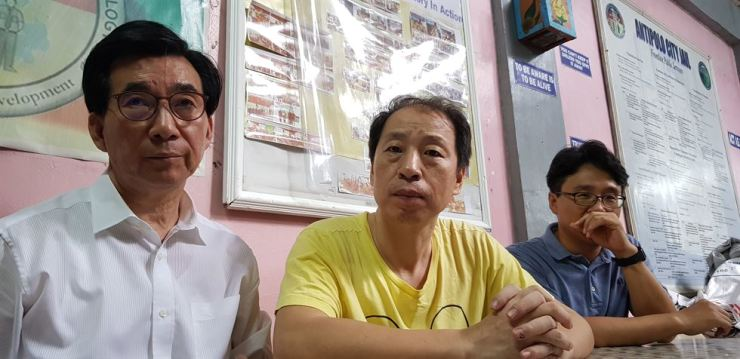 Korean missionary Baik Young-mo, center, receives a visit from church officials at a police detention center in Antipolo, the Philippines, where he was taken into after being arrested for 'carrying illegal weapons and bombs' in May. Baik has been moved to prison. Courtesy of Korea Evangelical Holiness Church