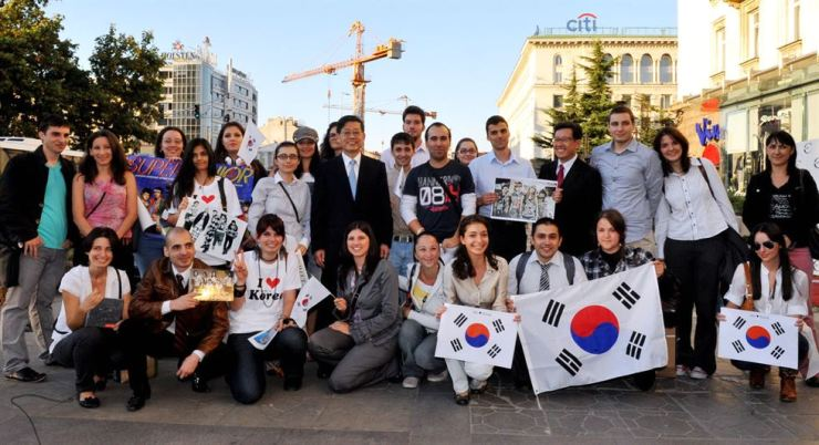 Bulgaria hallyu fans pose with then-Prime Minister Kim Hwang-sik in this Sept. 28, 2011, file photo. Spurred by the popularity of Korean dramas, Bulgaria's state television plans to air three Korean dramas consecutively starting July 30. Korea Times