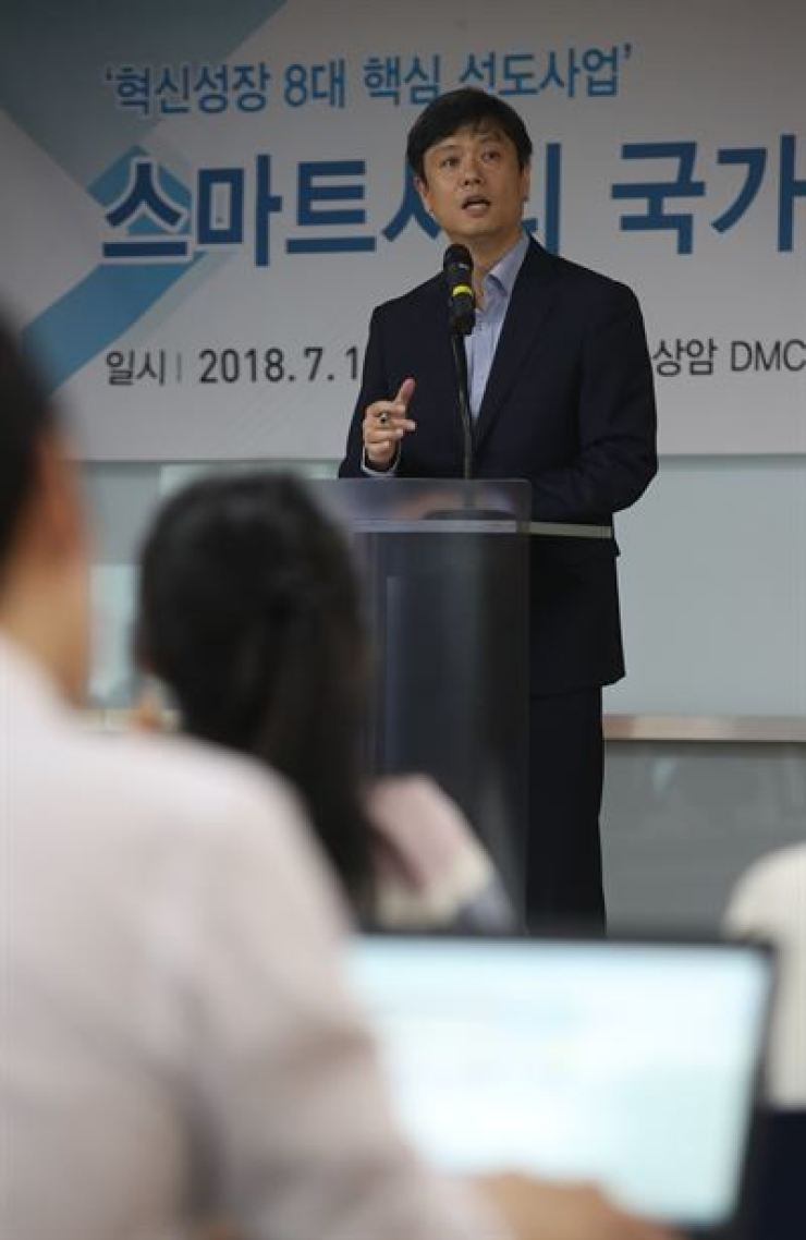 Chang Byung-gyu, the head of the Presidential Committee on the Fourth Industrial Revolution, speaks during a press conference in Seoul, Monday, to announce the blueprint for the nation's two smart cities in Sejong and Busan. / Yonhap