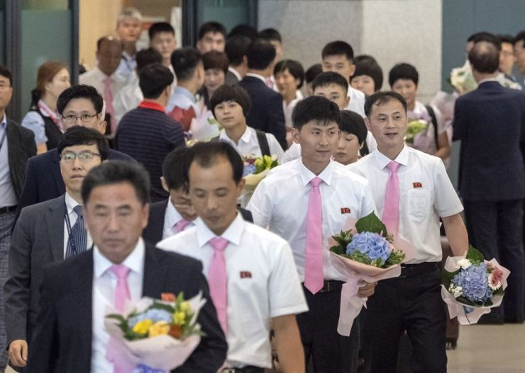 North Korean table tennis players and delegates arrive at Incheon International Airport, Sunday, to participate in the International Table Tennis Federation (ITTF) World Tour Platinum Korea Open. The North's 16 athletes and South Korean players will form a unified team for the competition that continues from July 17 to 22, and will return home the next day. Korea Times photo by Koh Young-kwon