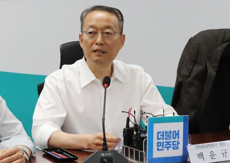 Industry and Energy Minister Paik Un-gyu announces a plan to adjust the residential progressive electricity tariffs for July and August at the National Assembly in Seoul, Tuesday. / Yonhap