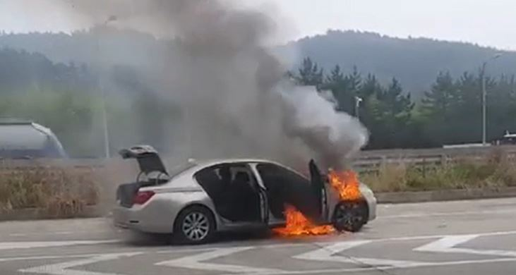 Firefighters extinguish a blaze in a BMW 320d near Anyang-Gwacheon tollgate in Gyeonggi Province on the 2nd Gyeongin Expressway about 8:50 a.m. on Thursday. Photos courtesy of Yonhap