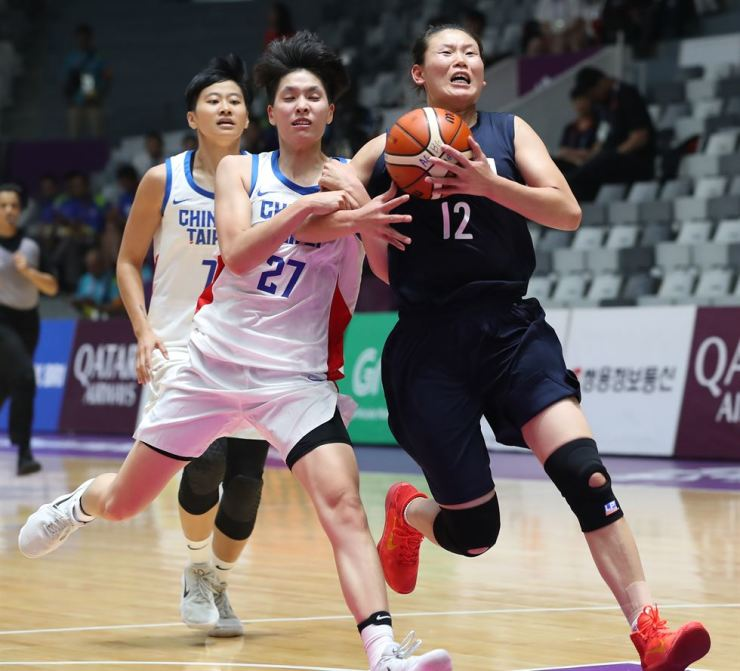 North Korean basketball player Ro Suk-yong, right, wears Nike shoes in a match with Chinese Taipei during the Jakarta Palembang 2018 Asian Games, Thursday. Yonhap
