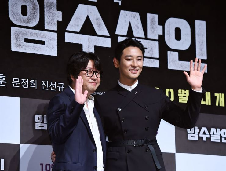 Actors Kim Yun-seok, left, and Ju Ji-hoon, who appear in the upcoming crime thriller 'Dark Figure of Crime' pose during a press conference to promote the film at CGV Apgujeong in southern Seoul, Tuesday. / Courtesy of Hankook Sports Economy