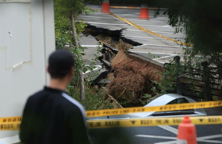 A large sinkhole was detected early Friday in Geumcheon-gu, southern Seoul, forcing 200 nearby residents to evacuate. Yonhap