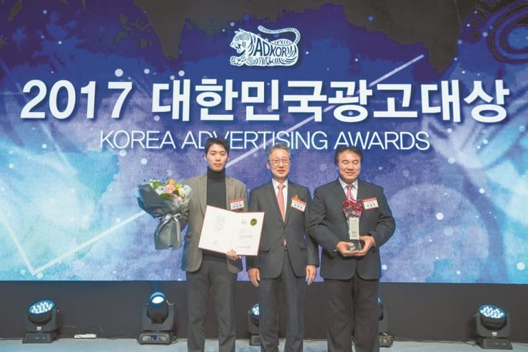Lee Seung-jae, left, poses at the Korea Advertising Awards ceremony. / Courtesy of Ideot