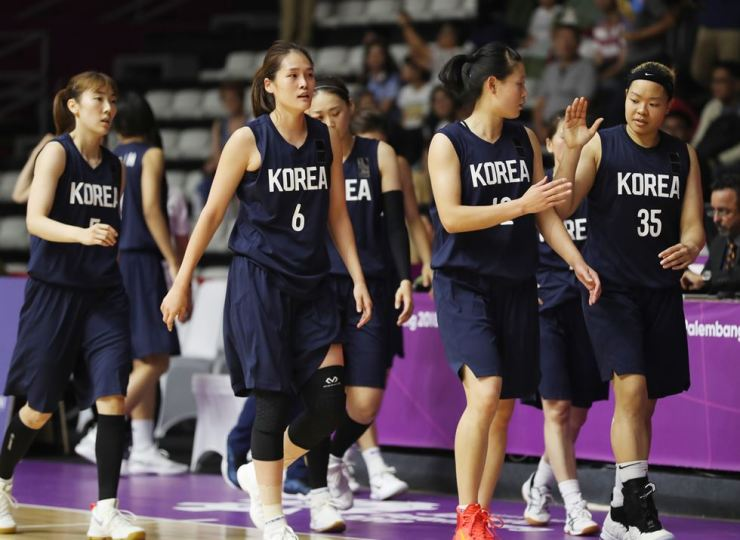 Unified Korea basketball players finish the second quarter of the women's preliminary group A match against Taiwan in Jakarta, Friday. Yonhap