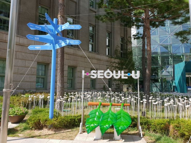 A milepost showing distances to foreign cities stands at Seoul Plaza. / Courtesy of Seoul Metropolitan Government
