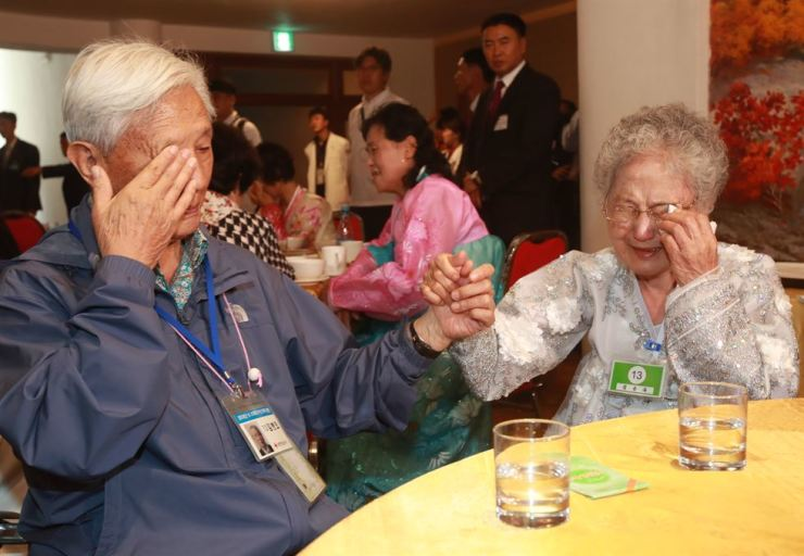Kim Byoung-oh, 88, wipes tears during his last meeting with his younger sister from the North, at the Mount Geumgang Hotel in the North, Wednesday. / Joint Press Corps