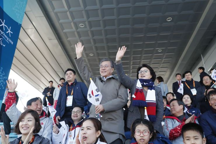South Korean President Moon Jae-in and first lady Kim Jung-sook watch a preliminary cross-country match of the 2018 Winter Paralympics at Alpensia Biathlon Center in PyeongChang, Gangwon Province, March 14, 2018. Korea Times file