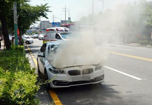 A BMW 520d is caught fire in Mokpo, South Jeolla Province, Saturday. It was the 32nd BMW vehicle caught fire in South Korea this year. / Courtesy of Mokpo Fire Department