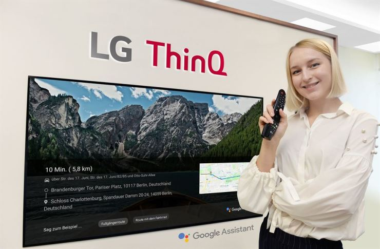 A model demonstrates a map service using a Google Assistant voice recognition program installed in LG Electronics' AI ThinQ TV. Customers of LG's 2018 edition TVs that feature AI technology will be able to use the Google Assistant starting in October. / Courtesy of LG Electronics