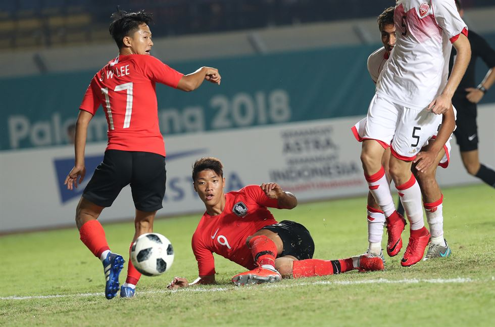 South Korea's Hwang Ui-jo, left, shoots the third goal during men's soccer match against Bahrain at the 18th Asian Games at Si Jalak Harupat Stadium in Bandung, Indonesia, Wednesday. South Korea won 6-0. Yonhap