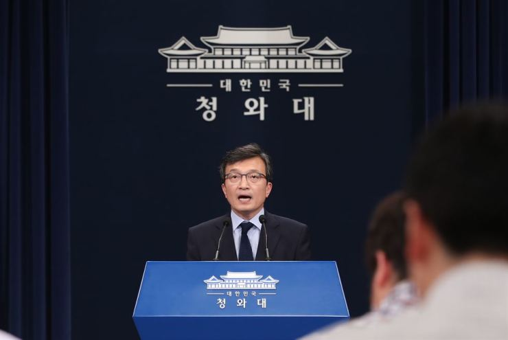 Cheong Wa Dae spokesman Kim Eui-kyeom responds to questions in a media briefing, Friday. Yonhap