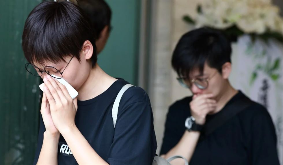 Nearly a thousand fans queue up outside Hong Kong Funeral Home. Photos from South China Morning Post