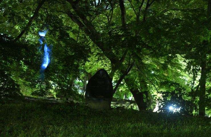 A mysterious object sits in the front yard of Underwood Memorial House on Yonsei University's Seoul campus, last Sept. 21. / Courtesy of Ron Bandun