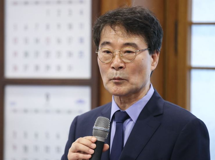 Presidential policy chief Jang Ha-sung responds to a question in a tea meeting with reporters at Cheong Wa Dae, Sunday. Yonhap