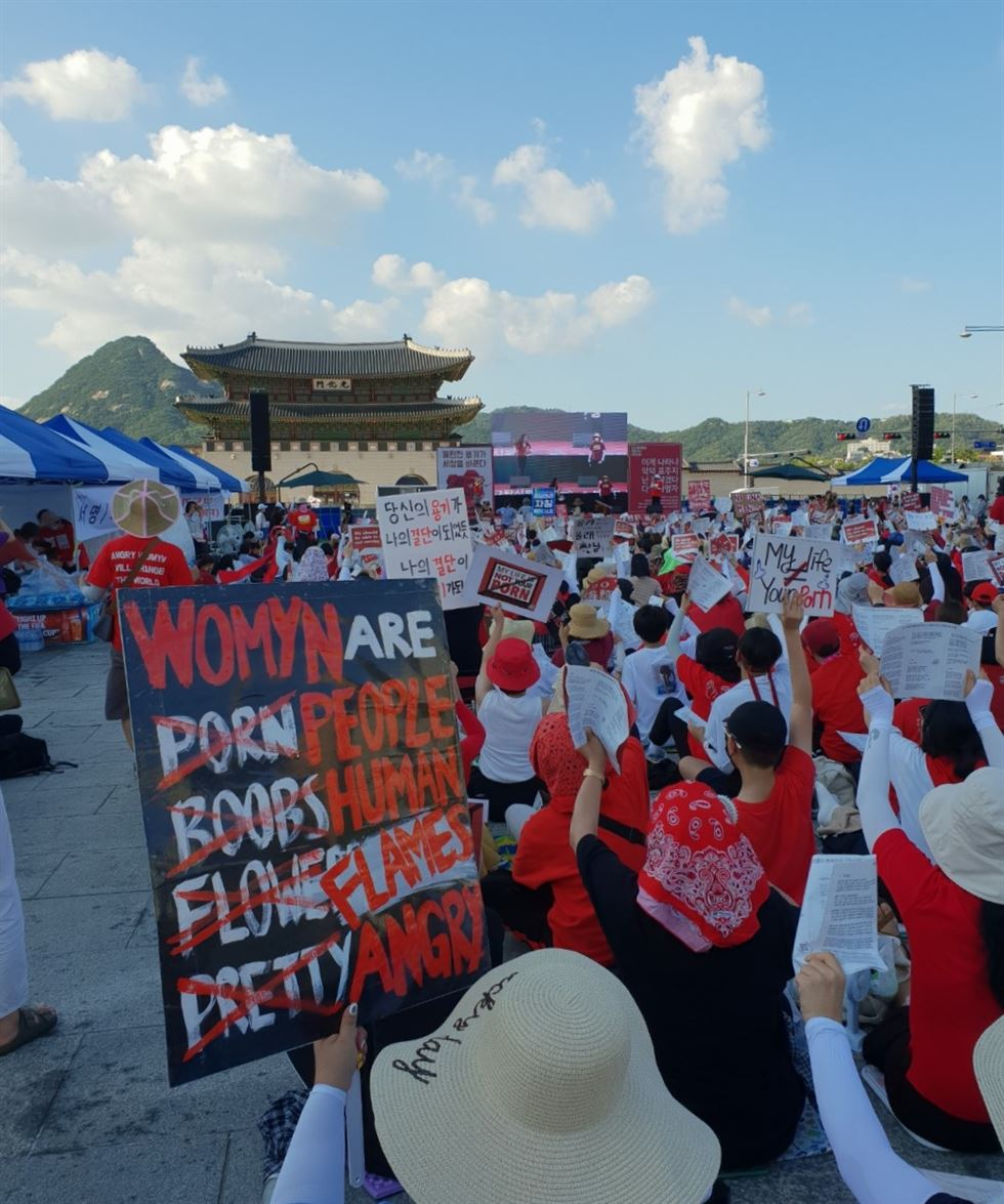 Participants hold up protest signs at one of the biggest rallies against the country's 'spycam porn epidemic' at Gwanghwamun Square, downtown Seoul, Saturday. / Korea Times photo by Lee Suh-yoon