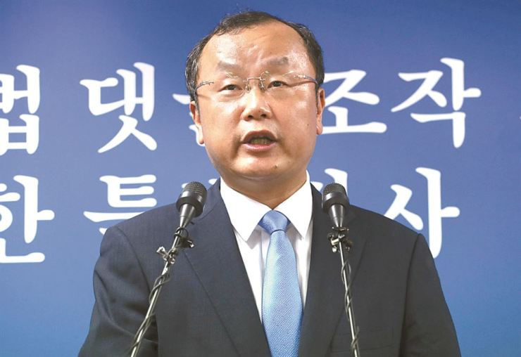 Assistant special counsel Park Sang-yoong speaks at a press briefing in the counsel's office in Seocho, southern Seoul, Wednesday, to announce the probe team decided not to seek a 30-day extension of its investigation period for the opinion-rigging scandal. Yonhap