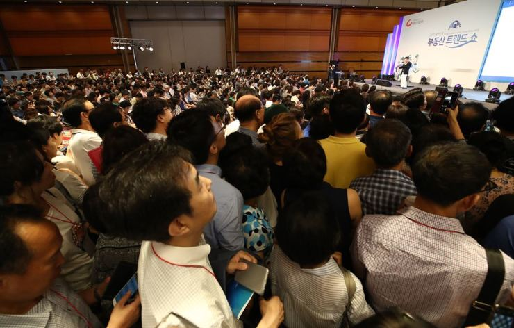 People pack the hall during a housing market trend seminar held at COEX in southern Seoul, Friday. Apartment prices in Seoul marked the steepest rise in 30 weeks as the city's announcement of development plans attracted investors. / Yonhap