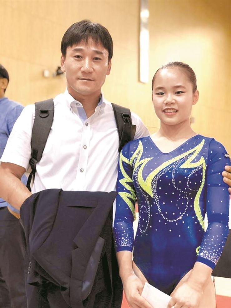 Olympic silver medalist Yang Hong-chul, left, and his daughter, Seo-jeong / Yonhap