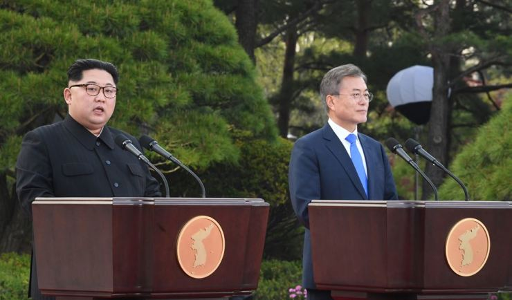 North Korean leader Kim Jong-un, left, and South Korean President Moon Jae-in proclaim the 'Panmumjom Declaration' at the inter-Korean border village of Panmumjom in Paju, Gyeonggi Province, on Apr. 27, 2018. Korea Times file