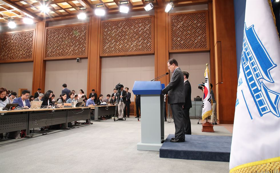 South Korean presidential envoy Chung Eui-yong gives a briefing Thursday about his meeting with North Korean leader Kim Jong-un in Pyongyang on Wednesday. Yonhap
