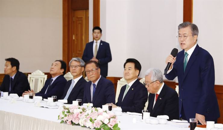 President Moon Jae-in addresses a team of advisers at a luncheon held ahead of a scheduled inter-Korean summit next week, at Cheong Wa Dae, Thursday. Yonhap