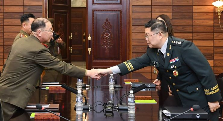 Army colonel Cho Yong-geun, right, South Korea's chief envoy to inter-Korean working-level military talks, shakes hands with his North Korean counterpart Col. Om Chang-nam before the 40th military meeting at the Panmunjeom truce village on Thursday. Courtesy of the Ministry of National Defense
