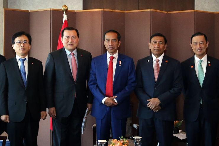 Indonesian President Joko Widodo, center, poses with Lotte Vice Chairman Hwang Kag-gyu, second from left, and Lotte Chemical CEO Kim Gyo-hyun, left, at the Lotte Hotel Seoul, Monday, after meeting chief executives of Lotte affiliates. Hwang said the construction of Lotte Chemical's petrochemical complex in Indonesia has been suspended because of Lotte Chairman Shin Dong-bin's detention. / Courtesy of Lotte