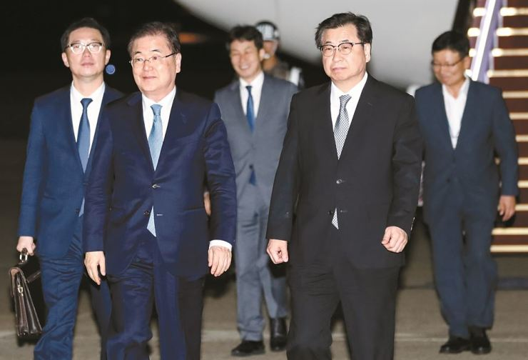 President Moon Jae-in's special envoy delegation, led by National Security Office chief Chung Eui-yong, second from left, with chief of the National Intelligence Service Suh Hoon by his side, arrive at Seoul Airport in Seongnam, Gyeonggi Province, Wednesday evening, after visiting Pyongyang earlier in the day to deliver a letter from the President to North Korean leader Kim Jong-un. Yonhap