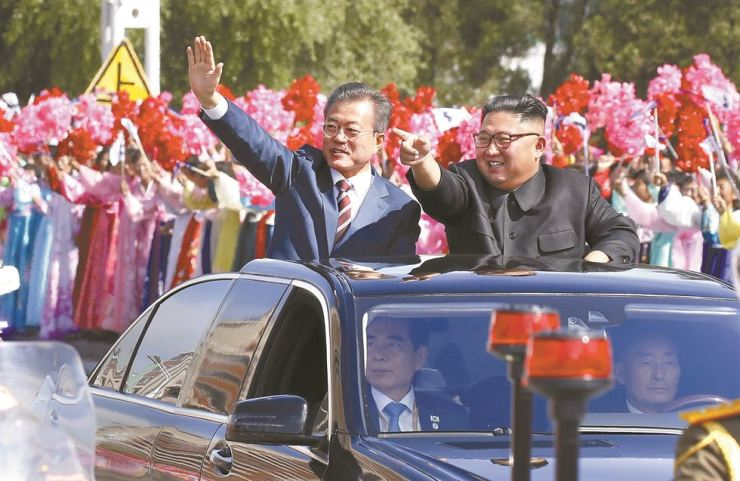 President Moon Jae-in and North Korean leader Kim Jong-un react to citizens lining the roads to Pyongyang, Tuesday, on their way to the Paekhwawon State Guest House from Sunan International Airport. Yonhap