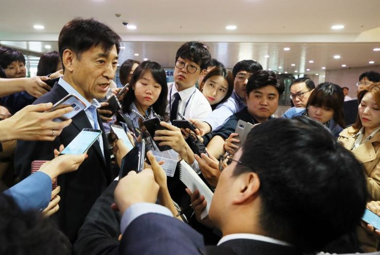 Governor of the Bank of Korea Lee Ju-yeol speaks to journalists at the state bank office in Jung-gu, Seoul, Thursday. Yonhap