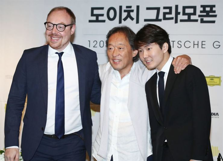 From left, classical music label Deutsche Grammophon president Clemens Trautmann, conductor Chung Myung-whun and pianist Cho Seong-jin pose for a photo during a press conference announcing the record company's 120th anniversary celebrations at the Plaza Hotel in central Seoul, Monday. Yonhap