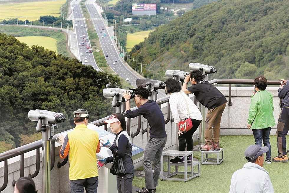 A DMZ sculpture at the Third Tunnel (infiltration) in Paju / Korea Times file