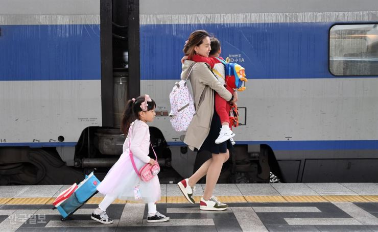 A family moves through Seoul Station, central Seoul, Friday, to board a train to Masan, South Gyeongsang Province, to visit relatives for the Chuseok holidays. Korea Times photo by Shin Sang-soon