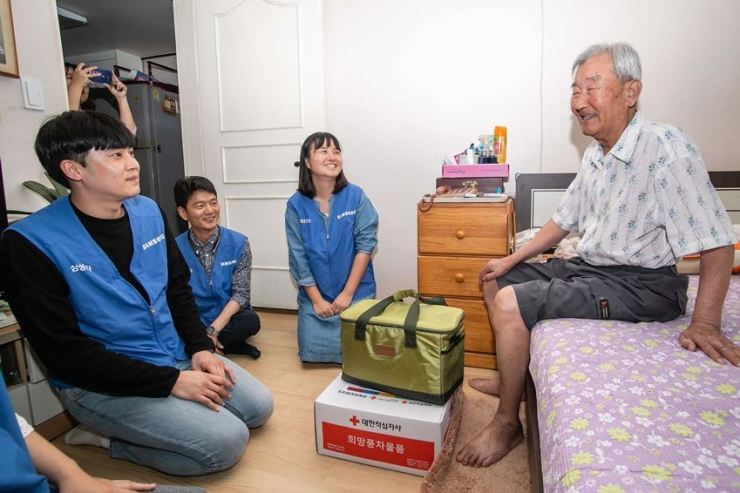Samsung Electronics employees deliver groceries to a senior citizen in Pyeongtaek, Gyeonggi Province, Sept. 18. / Courtesy of Samsung Electronics