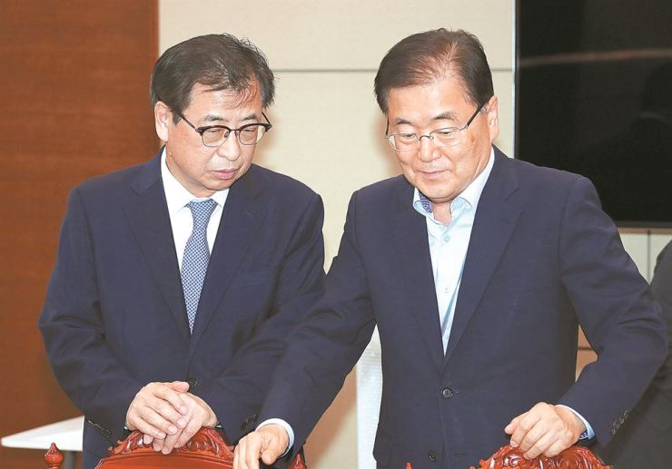 National Security Office chief Chung Eui-yong, right, and National Intelligence Service Director Suh Hoon talk ahead of a special security meeting at Cheong Wa Dae, Tuesday. Yonhap