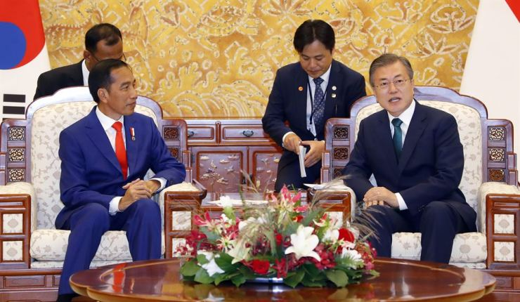 President Moon Jae-in speaks as his Indonesian President Joko Widodo listens on during their bilateral summit at Cheong Wa Dae, Monday. Widodo, who is on a three-day state visit to Seoul beginning Sunday, met with Moon to seek bilateral cooperation and boost ties between the two countries whose relations were upgraded to a 'special strategic partnership' last November. / Yonhap