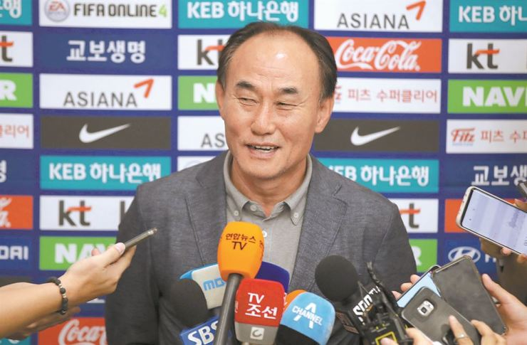 U-23 national football team manager Kim Hak-bum smiles as he receives questions from reporters at the Incheon International Airport on Monday. / Yonhap