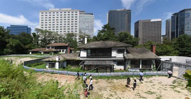 Two 1938-built houses in Jeong-dong, central Seoul, are set for demolition this month in a city government plan to restore Deoksu Palace. Korea Times photo by Jon Dunbar