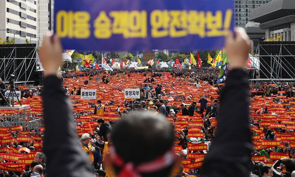 Thousands of taxi drivers and workers from taxi operators across Korea packed Gwanghwamun Square in Jung-gu, Seoul, Thursday, protesting against the recent launch of Kakao T Carpool. Korea Times photos by Shim Hyun-chul