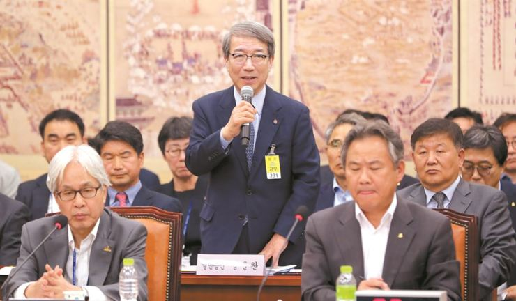Chung Un-chan, commissioner of Korea Baseball Organization League, speaks at the National Assembly on Tuesday. / Yonhap