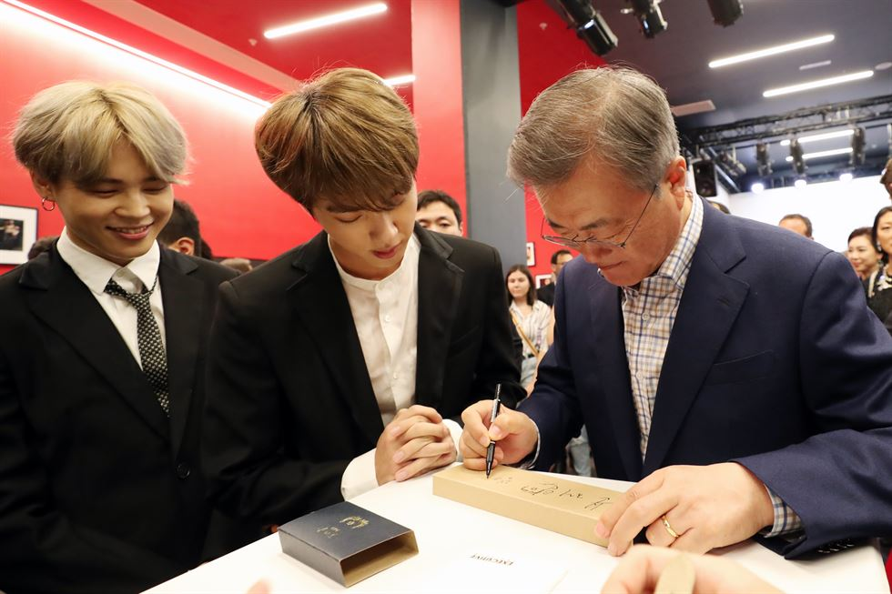 President Moon Jae-in takes a photo with BTS members after their performance in Paris. Yonhap