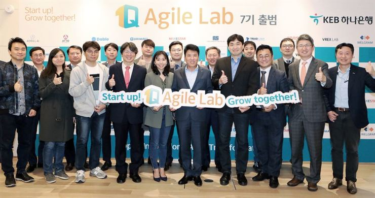 KEB Hana Bank CEO Ham Young-joo, front row sixth from left, smiles with startup CEOs and the bank's employees during an agreement ceremony for sponsorship at the lender's head office in central Seoul, Friday. KEB Hana Bank has supported the nation's startups under its campaign, '1Q Agile Lab,' since 2015. / Courtesy of KEB Hana Bank