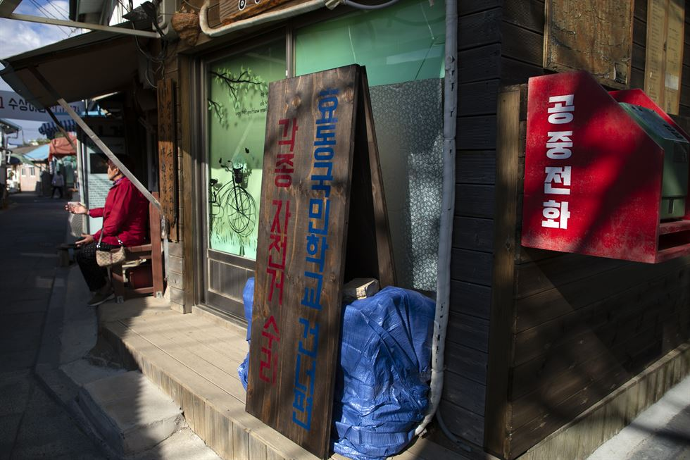 Daeryong Market, in the center of Gyodong Island, Incheon, has been created by displaced North Koreans who settled on the island. The small vintage stores that are over half a century old bring visitors back in time to 1960s and 70s Korea.  / Korea Times photos by Choi Won-suk